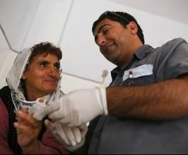 Hamit Kaya distribui remédios e alimento às famílias carentes