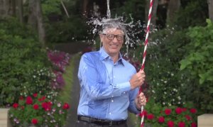 Bill Gates toma banho de água fria para ajudar em campanha da ALS Association(Reprodução/VEJA)