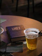 A Bíblia e a cerveja.