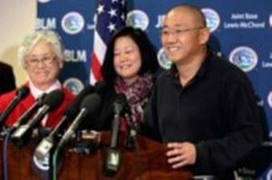 Pastor Kenneth Bae ao lado da irmã e da mãe