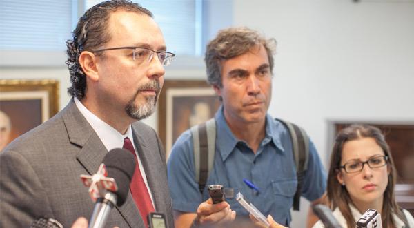 Deputado Carlos Bezerra em entrevista coletiva (foto: assessoria)