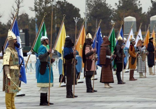 16 soldados turcos representando 16 impérios.