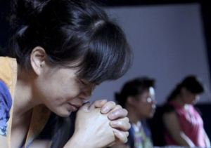 Mulheres rezam em igreja cristã no leste da China. /DIDI TANG(AP)