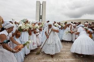 ED0909239504   BSB  23/09/09   TERREIROS/LAVAGEM/PROGRESSO   NACIONAL  Representantes de religioes afro-brasileiras participam de lavagem da rampa do Congresso,na Primeira Caminhada de Comunidades de Terreiro do DF e Entorno.FOTO ED FERREIRA/AE.